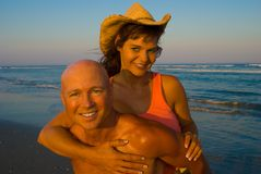 Pares enjoing la playa Imagen de archivo libre de regalías