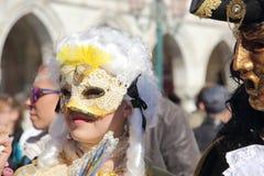 Pares enmascarados que caminan en Venecia Foto de archivo libre de regalías