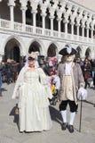 Pares enmascarados que caminan en Venecia Fotografía de archivo libre de regalías