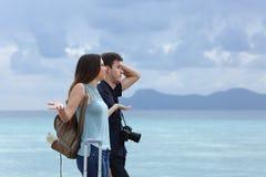 Pares enojados que se quejan en vacaciones nubladas fotos de archivo libres de regalías