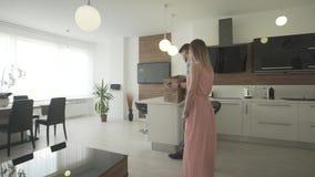 Pares entusiasmado novos felizes que movem-se no apartamento moderno na moda novo que olha em torno do design de interiores bonit video estoque