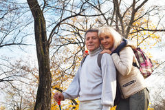 Pares envejecidos centro romántico feliz Imagen de archivo