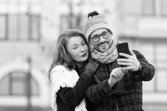 Pares envejecidos medios alegres que hacen el selfie al aire libre imagen de archivo