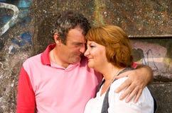 Pares envejecidos medios en amor fotos de archivo