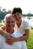Pares envejecidos medios felices Foto de archivo libre de regalías
