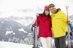Pares envelhecidos médios no feriado do esqui nas montanhas Foto de Stock Royalty Free