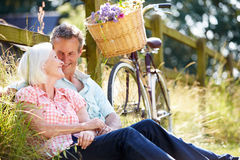 Pares envelhecidos meio que relaxam no passeio do ciclo do país Imagem de Stock