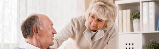 Pares envelhecidos que estão na aposentadoria fotografia de stock