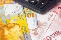Pares euro y suizos del dinero en circulación foto de archivo libre de regalías