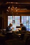 Pares europeus idosos que jantam em um restaurante romântico foto de stock royalty free