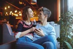 Pares fascinados em uma data no café no dia de Valentim fotos de stock royalty free