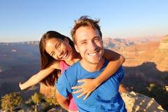 Pares felices activos de la forma de vida que caminan Grand Canyon Imágenes de archivo libres de regalías