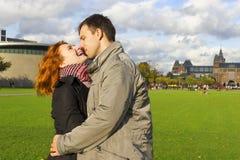 Pares felices al aire libre en amor, museo Plein, CCB de Amsterdam del otoño Imagenes de archivo