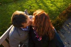 Pares felices al aire libre en amor, museo Plein, CCB de Amsterdam del otoño Foto de archivo