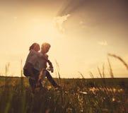 Pares felices al aire libre, verano imagenes de archivo