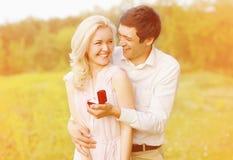 Pares felices, anillo, compromiso Fotos de archivo libres de regalías