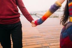 Pares felices brillantes jovenes hermosos en el amor que levanta las manos en el cierre de la litera Fondo del mar Fotografía de archivo
