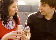 Pares felices con champán Fotos de archivo libres de regalías