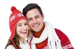 Pares felices con el abarcamiento de la ropa del invierno comparativo Fotos de archivo