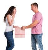 Pares felices con el bolso de compras Imágenes de archivo libres de regalías