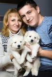 Pares felices con el pastor suizo Puppy imagenes de archivo