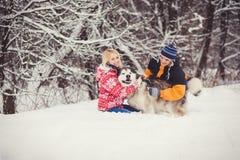 Pares felices con el perro al aire libre Fotografía de archivo libre de regalías