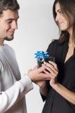 Pares felices con el rectángulo de regalo Fotografía de archivo libre de regalías