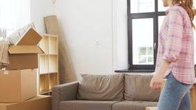 Pares felices con la materia que se mueve al nuevo hogar almacen de metraje de vídeo