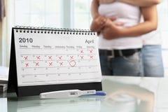 Pares felices con la prueba de embarazo positiva Foto de archivo libre de regalías