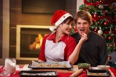 Pares felices con la torta de la Navidad Imagen de archivo libre de regalías