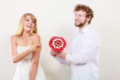 Pares felices con las flores del manojo del caramelo Amor Fotos de archivo libres de regalías