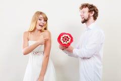 Pares felices con las flores del manojo del caramelo Amor Imagen de archivo libre de regalías