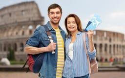 Pares felices con los billetes, los bolsos y el pasaporte de avi?n fotos de archivo