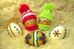 Pares felices con los huevos de Pascua Imagen de archivo