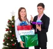 Pares felices con los regalos para la Navidad Fotos de archivo
