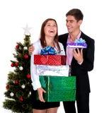 Pares felices con los regalos para la Navidad Imagen de archivo libre de regalías