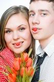 Pares felices con los tulipanes Fotos de archivo