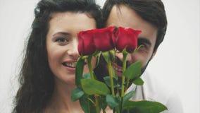 Pares felices con papiroflexia roja del corazón Día del `s de la tarjeta del día de San Valentín Amor Buenos días de fiesta El co
