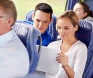 Pares felices con PC de la tableta en autobús del viaje Fotos de archivo libres de regalías