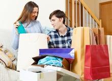 Pares felices con ropa y panieres Imágenes de archivo libres de regalías