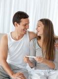Pares felices con una prueba de embarazo Imagen de archivo