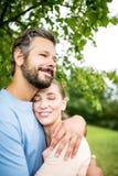 Pares felices de amantes en el parque Fotografía de archivo libre de regalías