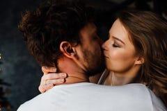 Pares felices de amantes en pijamas abrazo Beso apasionado Foto de archivo