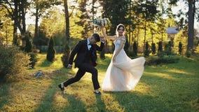Pares felices de la boda que engañan alrededor en parque de oro hermoso del otoño almacen de video