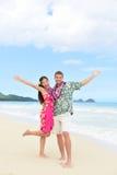 Pares felices de la diversión de Hawaii el día de fiesta de la playa en Hawaii Imagenes de archivo