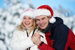 Pares felices de la familia en invierno Foto de archivo