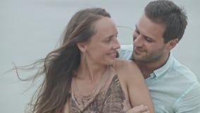 Pares felices de la familia que se besan en la playa almacen de video