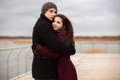 Pares felices de la moda de los jóvenes en el amor al aire libre Imagenes de archivo