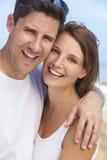 Pares felices de la mujer del hombre en la playa Fotos de archivo libres de regalías
