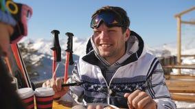 Pares felices de los amantes que cenan en una estación de esquí en las montañas Pares jovenes que almuerzan en restaurante al air almacen de video